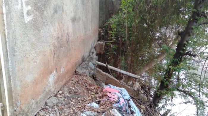 Berdiri di Bibir Sungai Ciliwung, Bangunan Rumah Warga di Manggarai Ini Miring & Berpotensi Longsor