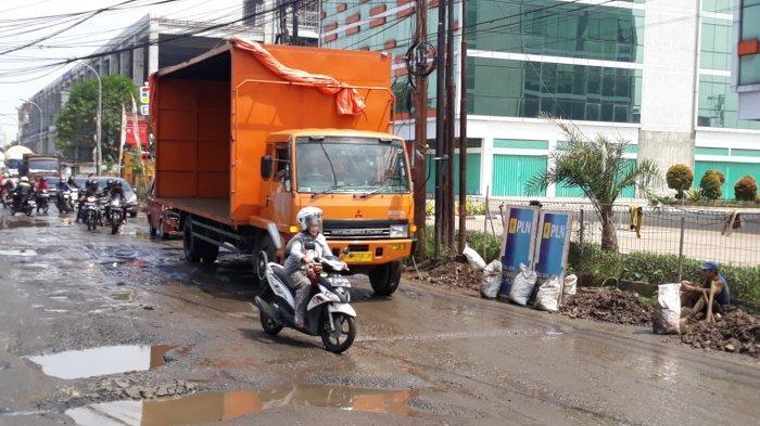 Musim Hujan, Jalan Pejuang Pondok Ungu Bekasi Rusak Parah