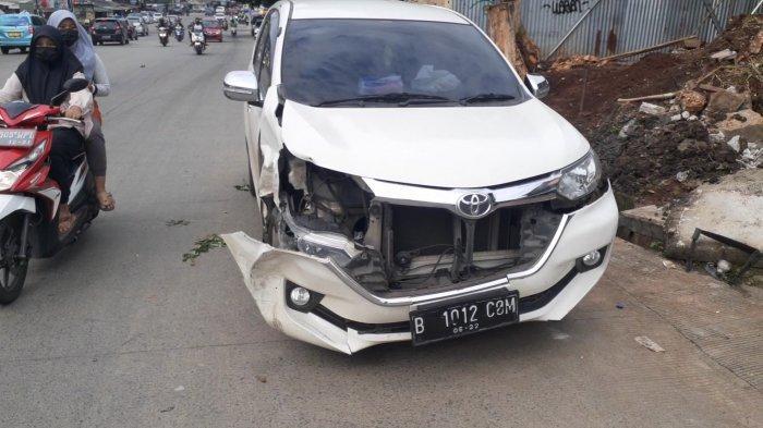 2 Mobil Tabrakan di Tengah Jalan Siliwangi Pamulang, Bumper Ringsek dan Ban Pecah