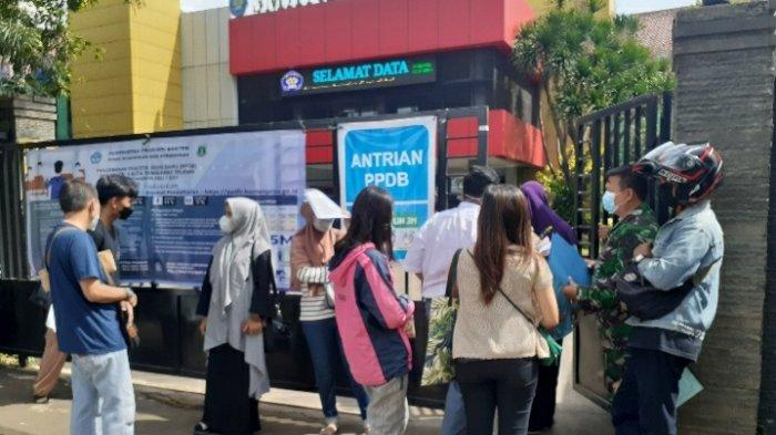 Hari Pertama PPDB SMA di Tangsel, Server Down, Orang Tua Murid Ramai Datangi Sekolah