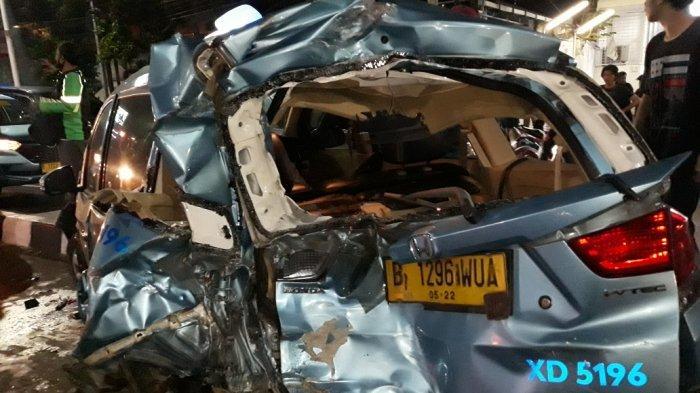 Truk Tabrak 10 Mobil yang Antre Masuk Pom Bensin di Jalan Dewi Sartika