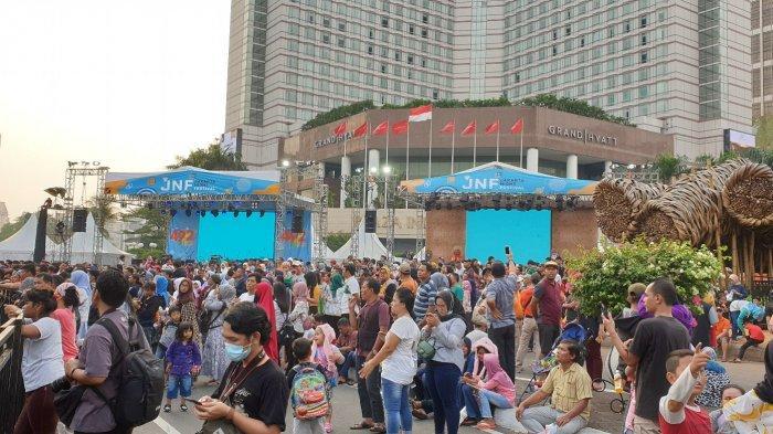 Jelang Malam HUT ke-492 Kota Jakarta, Warga Mulai Padati Kawasan Bundaran HI