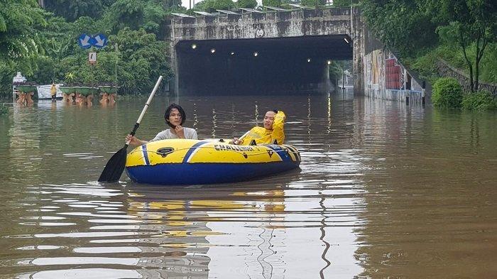 Kondisi Terowongan Cawang yang tidak bisa dilalui pengguna jalan karena banjir, Makasar, Jakarta Timur, Sabtu (20/2/2021)
