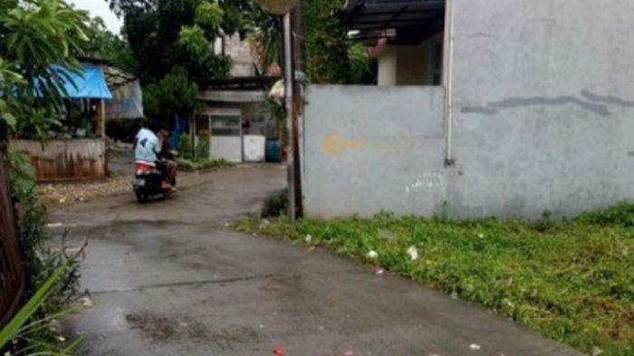 Puluhan kondom bekas yang tercecer di jalan kawasan Gang Katuk, RT 03 RW 04, Kelurahan Cipete, Kecamatan Pinang, Kota Tangerang pascahujan deras.
