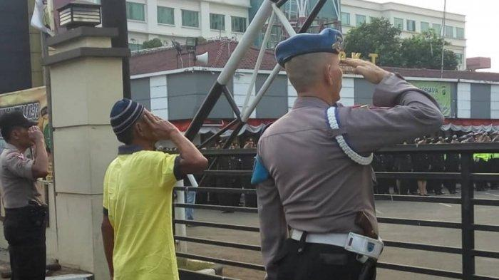 Pria Paruh Baya Ikut Hormat Ketika Bendera Merah Putih Dinaikkan, Alasannya Buat Petugas Terenyuh