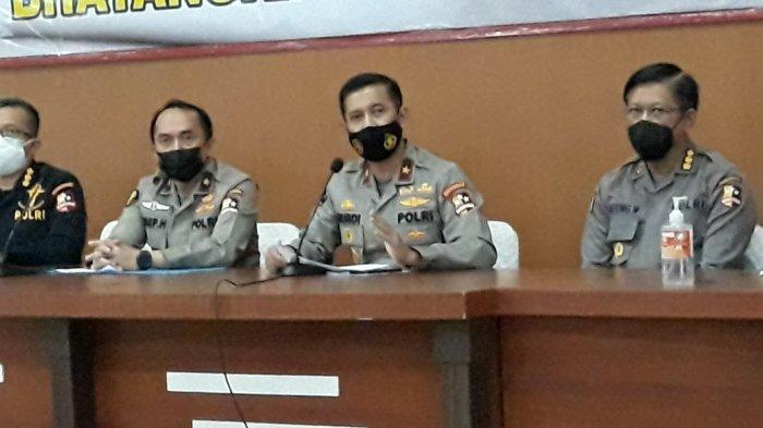 Karopenmas Polri Brigjen Rusdi Hartono (tengah) saat memberi keterangan di RS Polri Kramat Jati, Jakarta Timur, Jumat (29/1/2021).