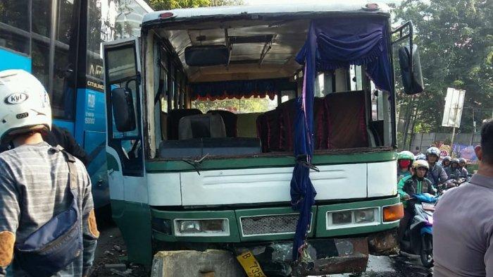 Kopaja Hantam Separator Busway di Jalan S.Parman