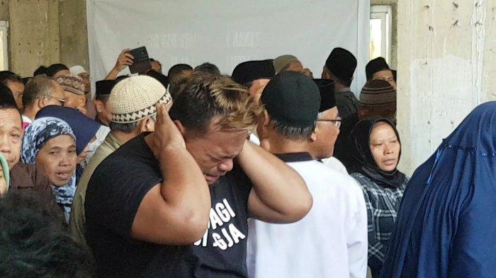 Tangis Pecah Saat Korban Meninggal Kecelakaan Bus Terguling Tiba di Masjid As Shobariah Depok
