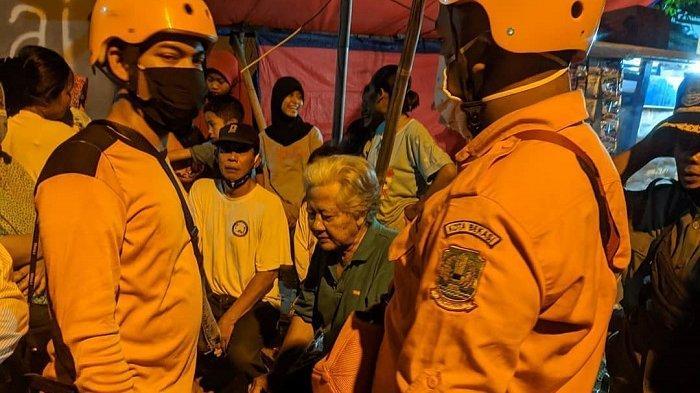 Tim SAR Gabungan melakukan pencarian korban tenggelam di kali irigasi, Kaliabang Tengah, Bekasi Utara, Kamis (29/4/2021).