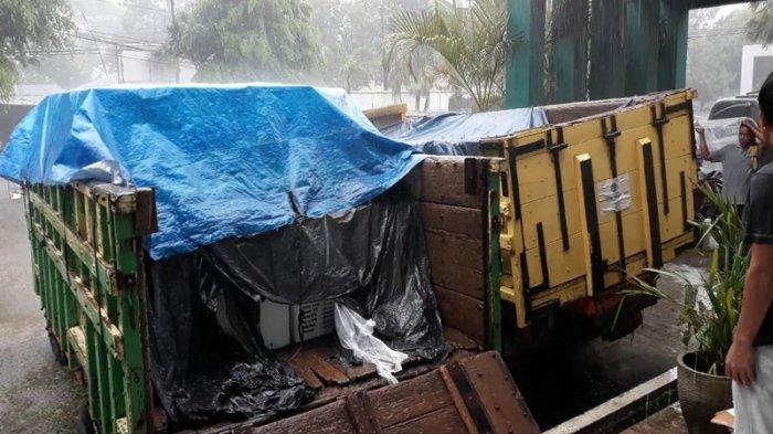 Hindari Kerusakan, Petugas Tunggu Hujan Reda untuk Pindahkan Kotak Suara di Aula Kecamatan Serpong