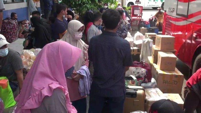Suasana penumpang di Terminal Kampung Rambutan, Ciracas, Jakarta Timur, Minggu (2/5/2021)
