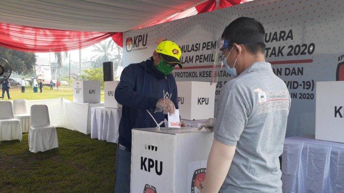 KPU RI menggelar simulasi pemungutan suara Pilkada 2020 dengan menerapkan protokol kesehatan di Lapangan PTPN Cilenggang, Serpong, Tangerang Selatan (Tangsel), Sabtu (12/9/2020).