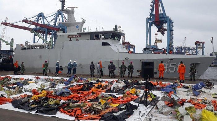 KRI Kurau 856 tiba di Dermaga JICT II, Tanjung Priok, Jakarta Utara membawa hasil temuan pada Minggu (17/1/2021).