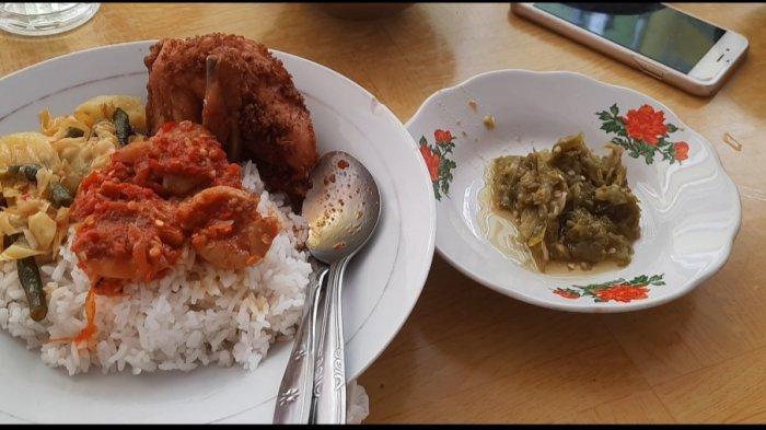 Seporsi nasi dan lauk disajikan lengkap dengan siraman kuah dendeng basah dan gulai gajeboh, sambal cabai hijau yang dikukus, sayuran, juga sambal jengkol.