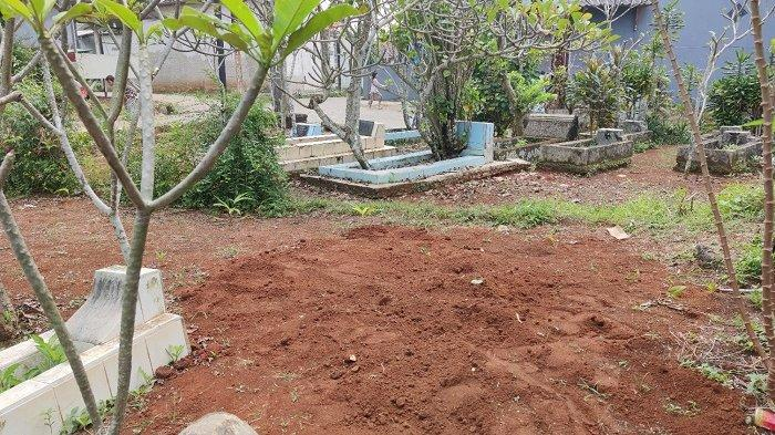 TribunJakarta.com/Dwi Putra Kesuma Kuburan babi yang diduga jadi-jadian di pemakaman warga di Kelurahan Bedahan, Sawangan, Kota Depok, Rabu (28/4/2021). Babi ngepet yang gegerkan warga Depok, Jawa Barat sudah dikubur dengan kondisi tubuh terpisah, tapi kini makamnya terancam akan dibongkar lagi.    Artikel ini telah tayang di TribunJakarta.com dengan judul 'Babi Ngepet' Sudah Dikubur dengan Tubuh Terpisah, tapi Kini Terancam Dibongkar karena Alasan Ini, https://jakarta.tribunnews.com/2021/04/28/babi-ngepet-sudah-dikubur-dengan-tubuh-terpisah-tapi-kini-terancam-dibongkar-karena-alasan-ini?page=all.  Editor: Elga H Putra
