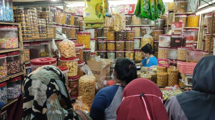 Suasana di toko kue kering yang ada di Pasar Jatinegara, Jakarta Timur, Senin (3/5/2021).