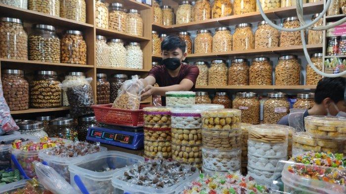 Ramai Diburu Pembeli Jelang Lebaran, Omzet Penjual Kue Kering di Pasar Jatinegara Meningkat