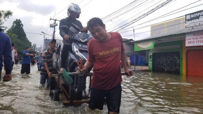 Ada Rezeki di Balik Musibah Banjir di Tangerang, Begini Kisah Kuli Transportasi Angkut Sepeda Motor