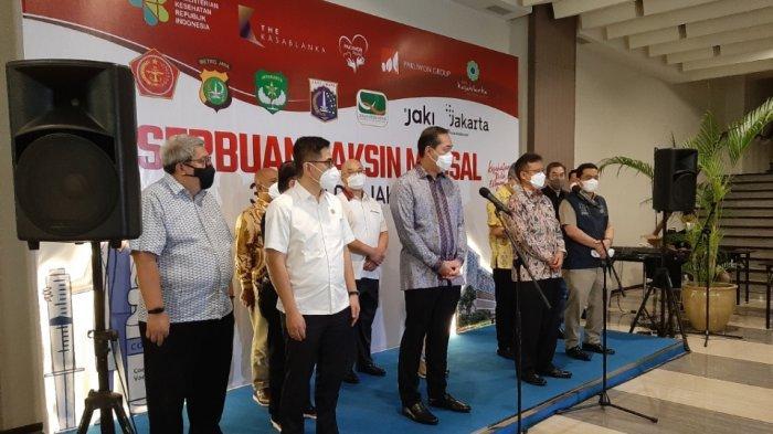 Menteri Perdagangan (Mendag) Muhammad Lutfi dan Menteri Kesehatan (Menkes) Budi Gunawan Sadikin mengunjungi mal Kota Kasablanka, Tebet, Jakarta Selatan, Selasa (10/8/2021).