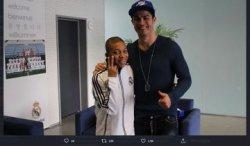Foto yang viral memperlihatkan Kylian Mbappe kecil bersama idolanya, Cristiano Ronaldo.