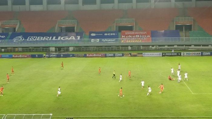 Pertandingan Persija Vs Persiraja Banda Aceh dilanjutkan. Sebelumnya pertandingan disetop akibat hujan deras dan kabut tebal yang menyelimuti kawasan Stadion Pakansari, Bogor, Jawa Barat, Sabtu (2/10/2021).