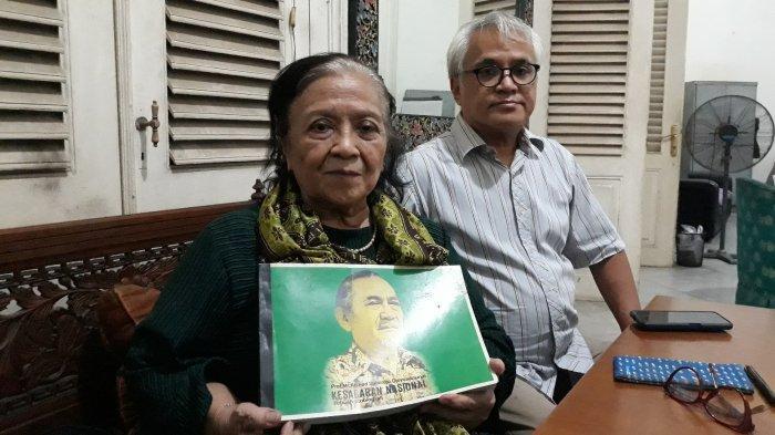 Anak sulung Achmad Soebardjo, Laksmi Pudjiwati Insia (85) memegang buku otobiografi ayahnya berjudul Kesadaran Nasional duduk bersama cucu Achmad Soebardjo, Hutomo Said (55) pada Jumat (16/4/2021).