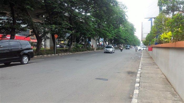Akhir Pekan, Jalan Boulevard Raya depan Wisma Gading Permai Jakarta Utara Siang ini Terpantau Lancar