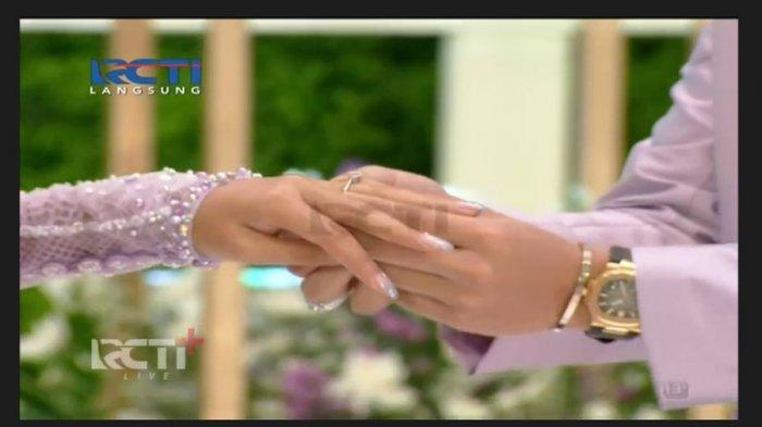 Prosesi penyematan cincin dilakukan Atta Halilintar kepada Aurel Hermansyah