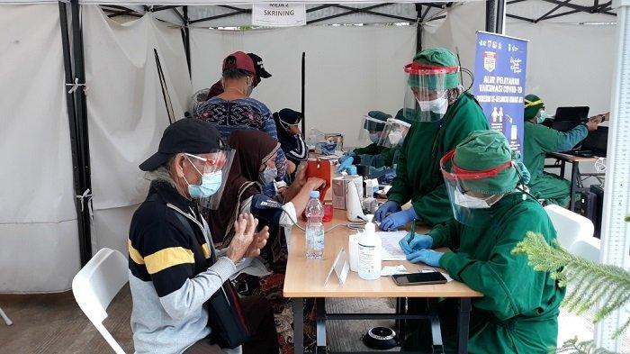 Lansia Kategori Umum Antusias Jalani Vaksinasi Covid-19 di Puskesmas Kecamatan Kramat Jati
