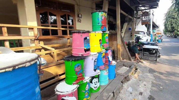 Lapak beduk milik Irfan di Jalan Kayu Manis Barat, Kelurahan Kayu Manis yang penjualannya terdampak Covid-19 di Matraman, Jakarta Timur, Minggu (25/4/2021).