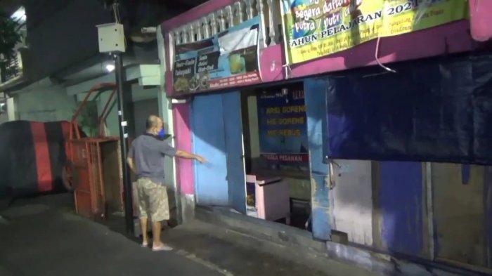 Iyan (43) saat menunjukkan kios nasi goreng yang ditabrak pelaku jambret di Jalan Gading Raya, Kecamatan Pulogadung, Jakarta Timur, Kamis (22/7/2021)