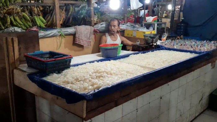 Kondisi lapak pedagang kolang-kaling di Pasar Klender SS saat bulan Ramadan 1442 Hijriah di Cakung, Jakarta Timur, Kamis (15/4/2021).