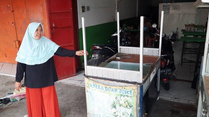Suasana lapak pedagang rusak diterjang angin puting beliung di Kawasan Marakas, Bekasi, Jumat, (23/10/2020).