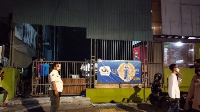 Langgar Prokes dan Jual Miras, Lapangan Futsal di Grogol Disegel Satpol PP Jakbar