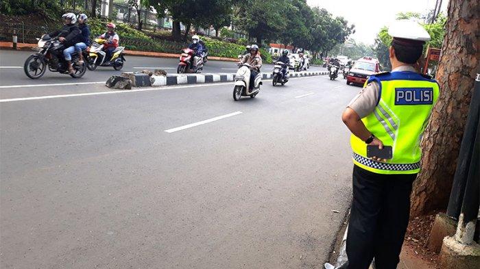 Selalu Bikin Macet, Aparat Kepolisian Halau Pengendara Motor yang Nekat Melawan Arus di Jagakarsa
