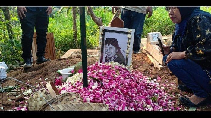 Pemakaman Didi Kempot, Diantar Ribuan Sobat Ambyar Hingga Tangis Histeris Sang Istri