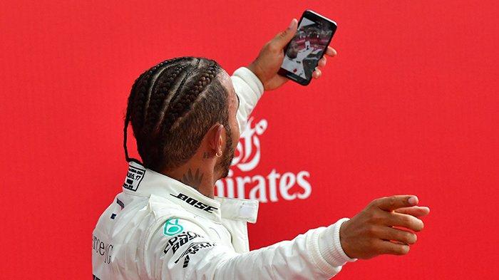 Diwarnai Insiden Kecelakaan, Pembalap Mercedes Lewis Hamilton Finis Pertama di Sirkuit Silverstone