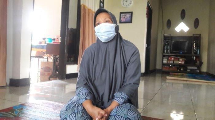 Lilis Sulastri (56) menceritakan hubungan rumah tangga adiknya, Tuti Suhartini (55) dengan sang suami, Yosef, saat ditemui di rumahnya, Selasa (24/8/2021). Ia pun menceritakan hubungan Tuti dengan M, istri muda Yosef.