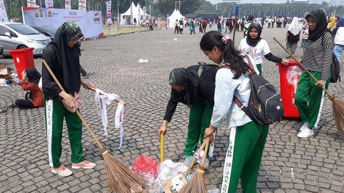 5 Siswi SMK Ini Rela Bantu Petugas untuk Bersihkan Sampah di Monas