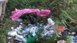 Temuan limbah medis bekas penanganan Covid-19 di pinggir Jalan Raya Sukatani, Kabupaten Bekasi.