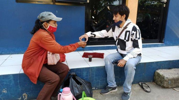 Lisbet Siagian (50), pedagang kopi keliling di wilayah Pademangan, Jakarta Utara.