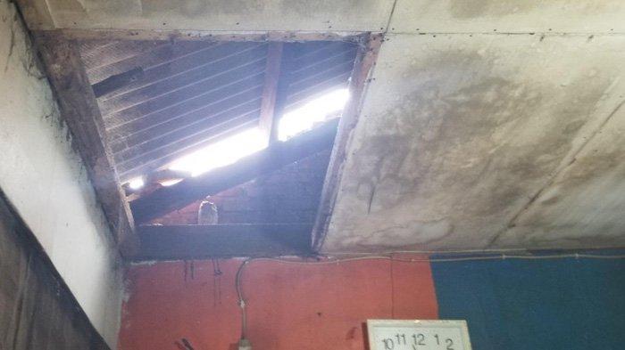 Rumah Penuh Lubang dan Kumuh, Janda 5 Anak Selalu Kebanjiran Hingga Seperti Kolam Renang