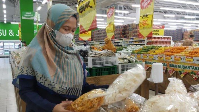 Loka Pengawas Obat dan Makanan (POM) Kabupaten Tangerang melakukan pengecekan terhadap kualitas dan kandungan pangan dibilanganKecamatan Pasar Kemis, Kabupaten Tangerang, Jumat (16/4/2021).