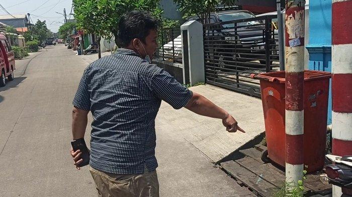 Baringin Sinaga (35), pegawai rukan di Jalan Cipeucang 2, RT 06 RW 013 Kelurahan Koja, Kecamatan Koja, Jakarta Utara, saat menunjukan lokasi curanmor.