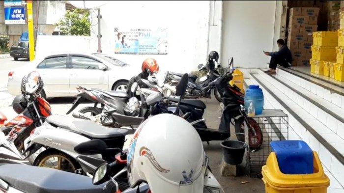 Suasana di lokasi pembegalan yang menimpa seorang pegawai minimarket di kawasan Kalimalang, Jatinegara, Jakarta Timur, Senin (22/3/2021)