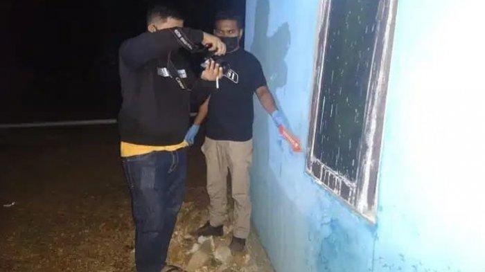 Anggota Polres Rote Ndao melakukan olah tempat kejadian perkara pembunuhan di Desa Saindule, Kecamatan Rote Barat Laut, Kabupaten Rote Ndao, Kamis (10/6/2021) dini hari WITA.