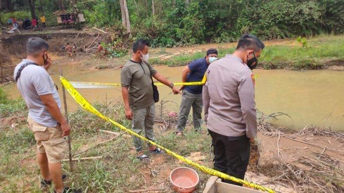 Lokasi pembunuhan yang kini sudah dipasang garis polisi di Desa Tanjung Niur, Kecamatan Tempilang, Kabupaten Bangka Barat.