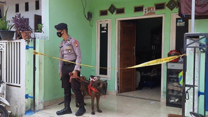 Polisi saat melakukan penyelidikan di TKP rumah yang dibobol maling serta memperkosa korbannya, Sabtu (15/5/2021). (TRIBUNJAKARTA.COM/YUSUF BACHTIAR)