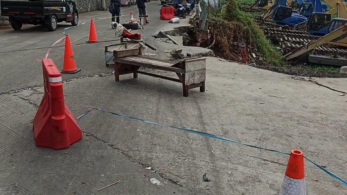 Tanah Longsor di Jalan Inspeksi Waduk Pluit Bikin Khawatir Pengendara Motor