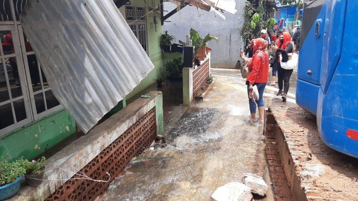 Permukiman warga di Jalan Damai 2 RT 04/RW 12 Kelurahan Ciganjur, Jagakarsa, Jakarta Selatan, masih tergenang air pada Senin (12/10/2020).